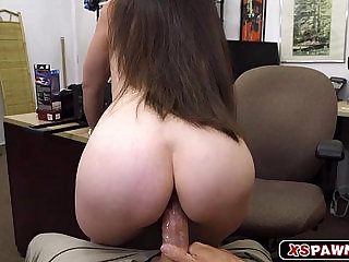 Gorgeous chick spread her legs to get fucked