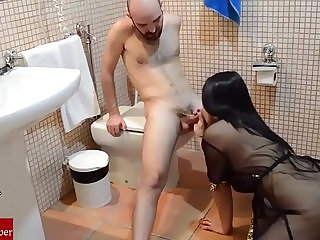 She playing to blowjob and slurp in the toilet.